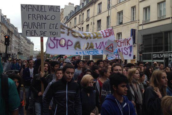 """Protesta de Estudiantes contra la expulsión de Leonarda con el lema """"Manuel Valls, Franco habría estado orgulloso de ti"""""""