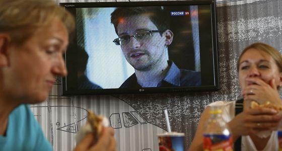 Imagen de Snowden en la televisión de un café en el aeropuerto de Moscú.