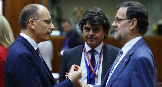 Rajoy charla con el primer ministro italiano, hoy, en Bruselas.