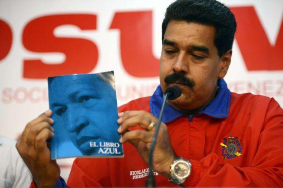 Maduro muestra el Libro Azul que recoge el pensamiento chavista