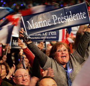 Una seguidora de Marine Le Pen en un mitín en París