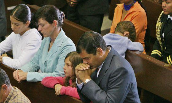 Correa, en misa con su familia en una imagen de archivo.