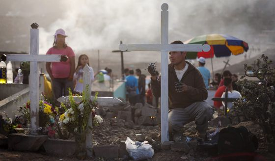 Un hombre durante el Día de Muertos en un cementerio de Lima,