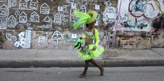 Una joven pasea por Cartagena de Indias tras un desfile festivo.