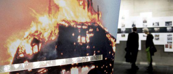 Fotografía de una sinagoga en llamas en una exposición dedicada a la Noche de los Cristales rotos de 1938 en el museo Topografía del Terror, en Berlín.