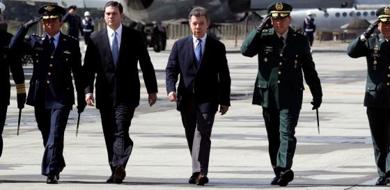 El presidente Santos (en medio) este viernes en Bogotá.