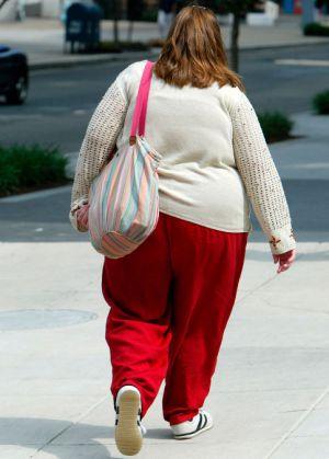 Una mujer obesa en una calle de EE UU.