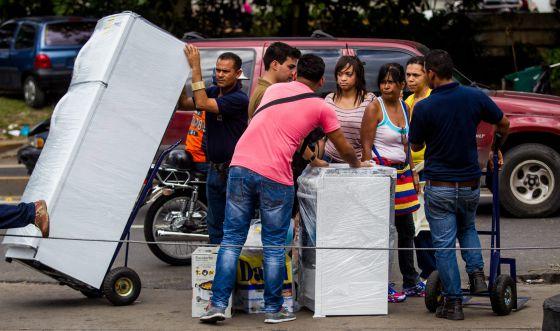 Un grupo de personas compra electrodomésticos en Caracas.