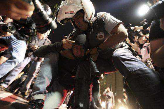 Un policía detiene a un manifestante del Black Bloc en São Paulo.