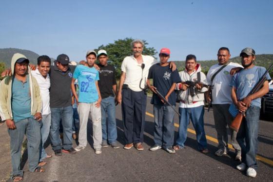 Autodefensas el pasado 26 de octubre antes de entrar en Apatzingán. El doctor José Manuel Mireles, de blanco, en el centro.