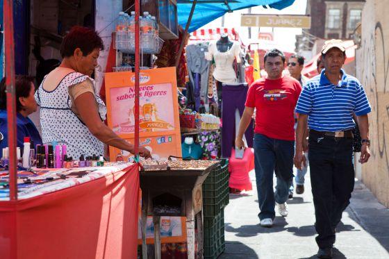 La mitad de los mexicanos vive al día