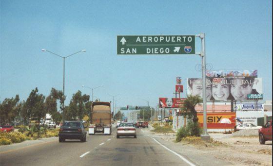 Señales de tráfico indicativas del aeropuerto de Tijuana y de San Diego.