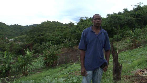 Earnest Mitchell en su granja en Granada.