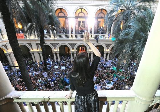 El Gobierno de Argentina apuesta por debilitar el peso