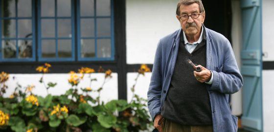 El escritor Günter Grass, uno de los firmantes, en su casa de la isla danesa de Mon, en 2006.