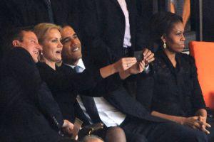 David Cameron, Helle Thorning-Schmidt y Barack Obama se sacan un 'selfie' en el Soccer City de Johanesburgo.