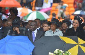 Dos de las mujeres de Nelson Mandela, Winnie (izquierda) y Graça (derecha), así como su hija mayor, Makaziwe (segunda a la derecha) en el homenaje al líder sudafricano.