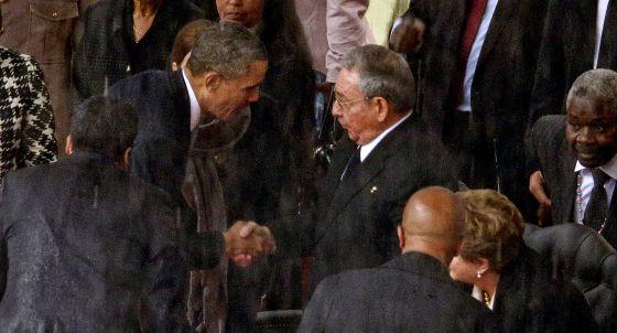 Castro y Obama se estrechan la mano en Sudáfrica.