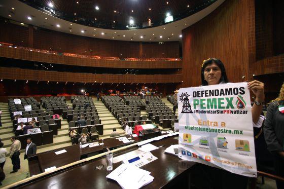 Una legisladora del PRD en la toma de la Cámara de Diputados.