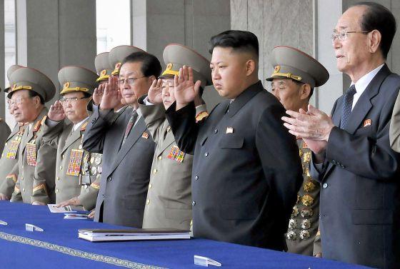 El ejecutado Jang (a la izquierda de traje) asiste junto a su sobrino, el líder Kim, a un desfile el pasado 9 de septiembre en Pyongyang.