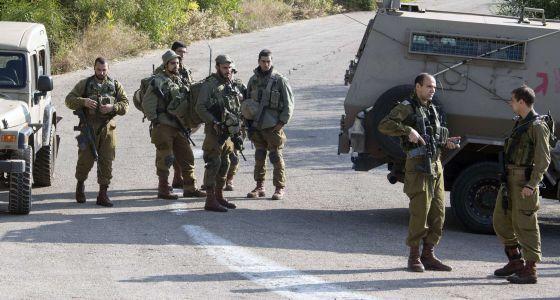 Soldados israelíes en una carretera en la frontera entre Líbano e Israel.