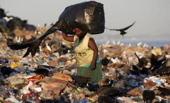 Una mujer, en un vertedero de Río de Janeiro (Brasil).