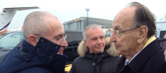 Mijáil Jodorkovski (izquierda), recibido en el aeropuerto berlinés de Schönefeld por el exministro alemán de Exteriores Hans-Dietrich Genscher.