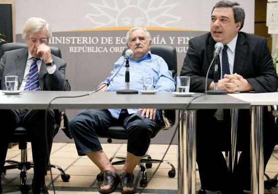 En el centro, el presidente de Uruguay, en sandalias