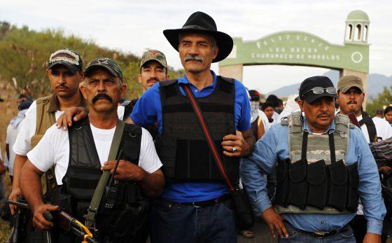 José Manuel Mireles (centro), líder de las milicias de autodefensa de Michoacán, en Churumuco la semana pasada.