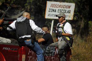 Milicianos de autodefensa detienen a un hombre por colaborar con narcotraficantes.