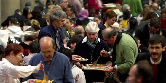 Ciudadanos sin recurso en la comida de Navidad de una parroquia de Roma.