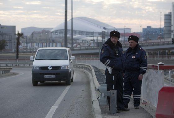 Dos policías vigilan un acceso al Parque Olímpico de Sochi.