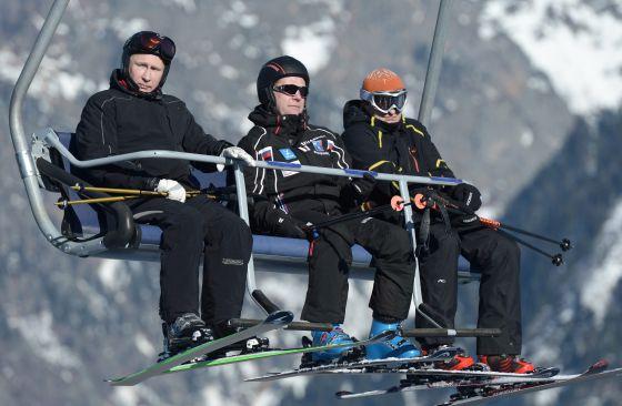Vladímir Putin, a la izquierda, y el primer ministro, Dmitri Medvédev, en el centro, de esquí.