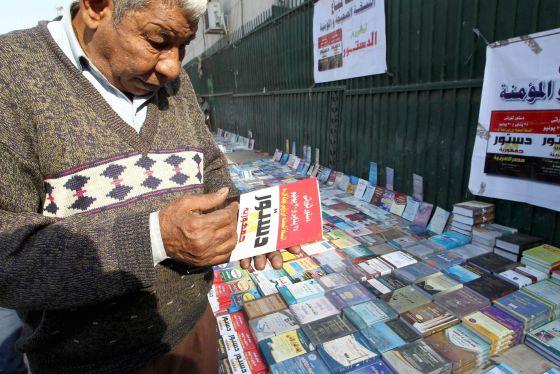 Un egipcio compra una copia de la constitución en una calle de El Cairo.