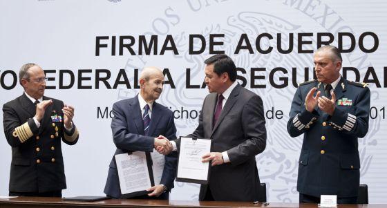 Fausto Vallejo,gobernador de Michoacán, y el secretario de Gobernación, Miguel Ángel Osorio Chong, durante la firma del acuerdo de seguridad