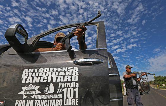 Integrantes de los grupos de autodefensa en Nueva Italia (Michoacán).