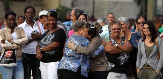 Dos mujeres celebran que una de ellas ha obtenido un visado para EE UU, este miércoles La Habana.