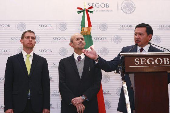 Alfredo Castillo (i) es presentado por el ministro de Gobernación (d)