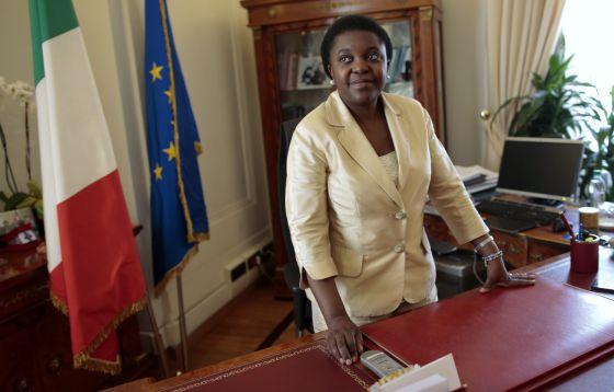Cécile Kyenge, en su despacho del Ministerio de Integración y Cooperación Internacional en Roma, en octubre de 2013.
