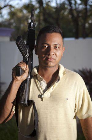 """El Tortuga es del poblado de Terrero, a unos pocos kilómetros de Parácuaro. Pide ver las imágenes y se muestra orgulloso de estar ahí. """"Mándame las fotos por Whatsapp para que las vea mi morra""""."""