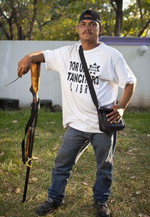 """El Comandante Cinco es el jefe en Parácuaro. Culpa al Ejército de negligencia por la muerte de dos jornaleros en Antúnez. """"Yo he sido militar y sé que nos capacitan para resistir la presión y que no nos salgan tiros a lo pendejo"""", dice."""