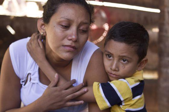 La hija de Juan de Dios Cortés, muerto en las protestas que exigían una indemnización por sufrir Insuficiencia Renal Crónica, el domingo.