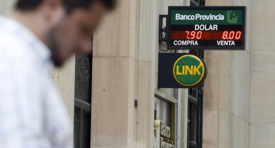 El Banco Central vuelve a vender dólares para evitar la devaluación del peso
