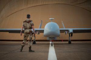 Un soldado francés ante un avión no tripulado Harfang en la base de Nyamey (Níger).