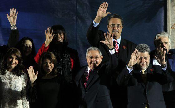 Raúl Castro, junto a Laura Chinchilla y otros asistentes.