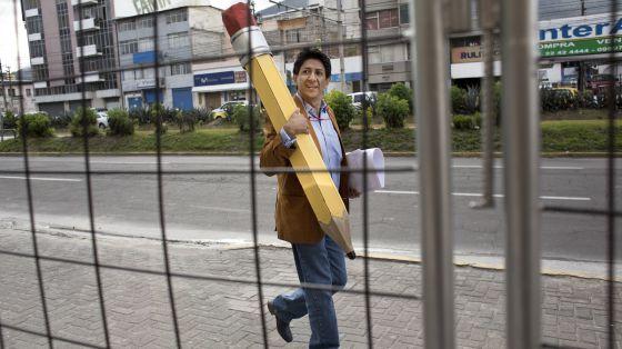 El caricaturista ecuatoriano Bonil llegando a la audiencia