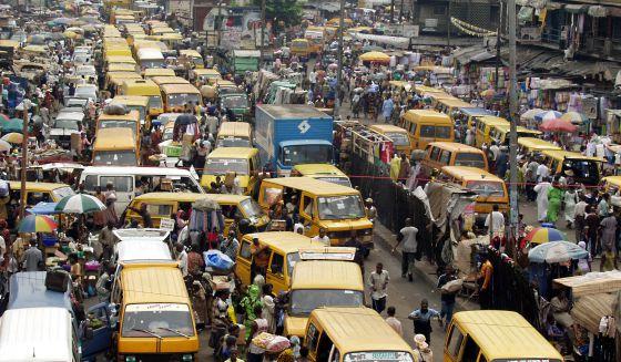Coches y peatones se entremezclan en Lagos, Nigeria.
