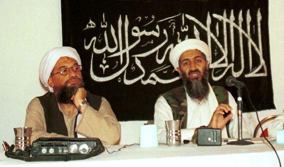 Ayman al-Zawahri, a la izquierda, junto al fallecido líder de Al Qaeda Osama bin Laden, en 1998.