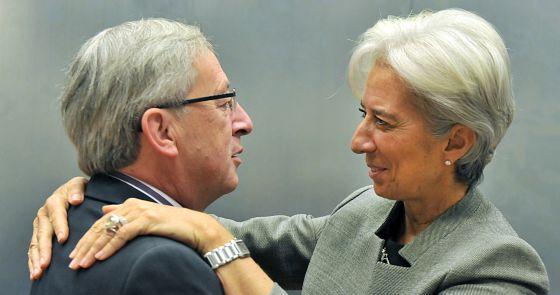 La directora del FMI, Christine Lagarde, saluda al primer ministro de Luxemburgo Jean-Claude Juncker.