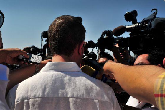 Alfredo Castillo atiende a medios de comunicación tras el anuncio del nuevo hospital de Apatzingán.